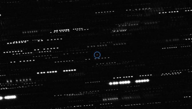 Una combinación de imágenes de los telescopios VLT y Gemini Sur muestra al asteroide interestelar 'Oumuamua (con un círculo), rodeado del rastro que dejan las estrellas cuando los instrumentos siguen al asteroide en movimiento. / ESO/K. Meech et al.