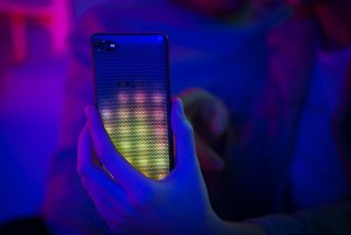 Ya disponible el primer smartphone con carcasa LED interactiva