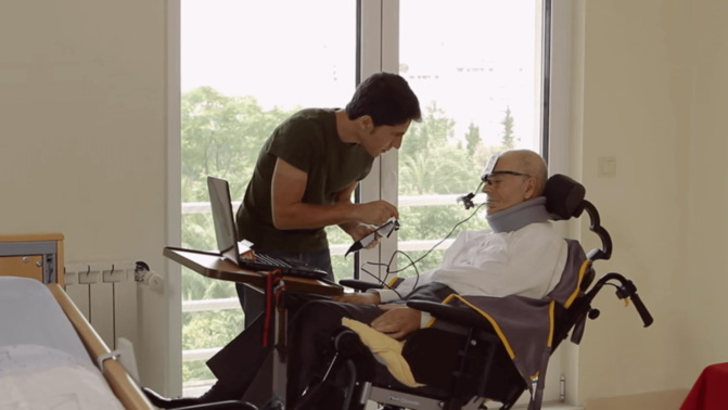 Ivo Vieira prueba un prototipo de las gafas EyeSpeak en su padre. / LusoVu